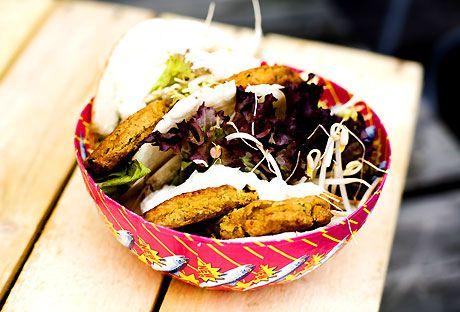 Snabba vegetariska burgare med kikärtor, koriander och vitlöksdressing.