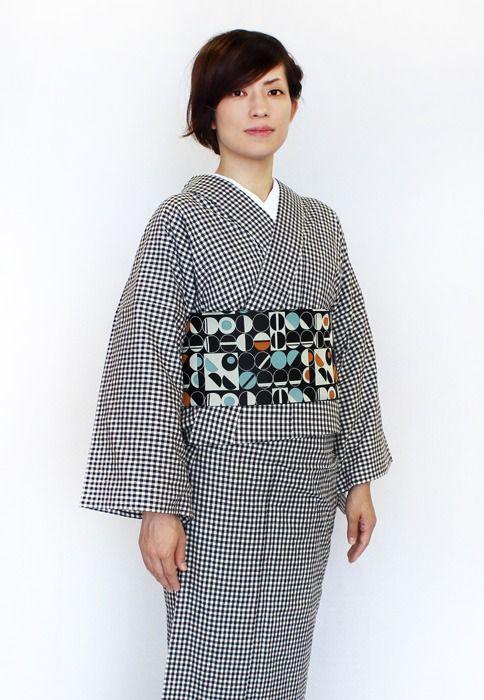 """kimono-labo: """" ≪今日の着物コーディネート≫まだまだ夜は肌寒い今日この頃。さらっと気軽に着られる木綿の着物が手放せません。ブラックのギンガムチェック柄に、丸がモチーフの幾何学模様がモダンでお洒落な半幅帯で、シンプルな中にもパンチを加えたカジュアル着物コーディネートです。 """" Another great kimono coordination from the folks behind..."""