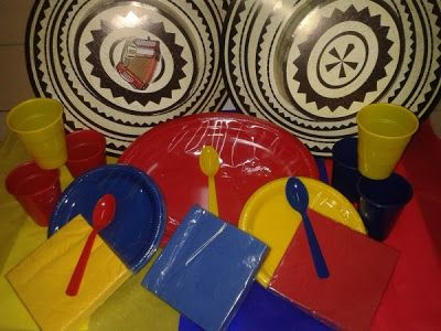 Utiliza platos para decorar tu mesa con los colores de la bandera colombiana. #FiestaTematicaColombiana
