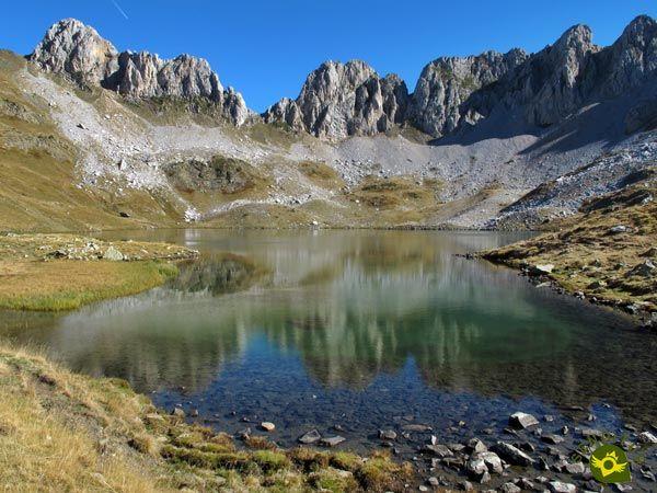 El Ibón De Acherito Es Uno De Los Emblemáticos Parajes Del Parque Nacional De Los Valles Occidentales En Rutas De Senderismo Valle De Hecho Paisaje De Montaña