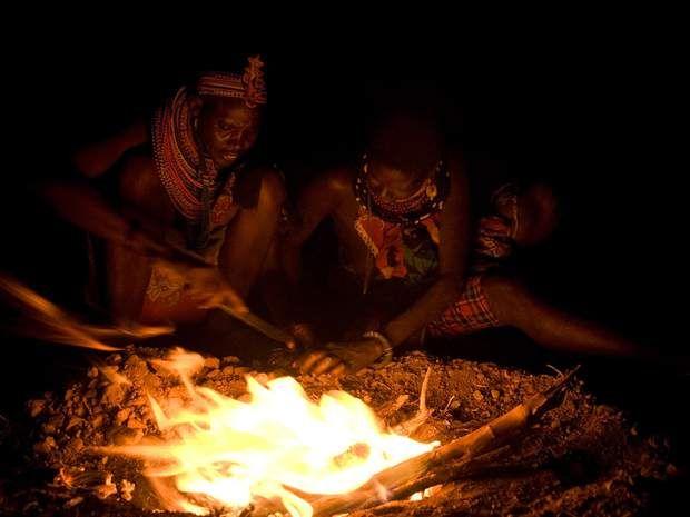 Un cérémonial religieux La cuisson de la chèvre fait l'objet d'un cérémonial religieux. Réunies autour du feu, les femmes entonnent, en swahili, des chants d'espérance. Bien qu'officiellement chrétienne, leur spiritualité perpétue les croyances animistes de leurs ethnies. « Que la pluie apporte la joie et l'abondance. Que la nature nous prodigue ses richesses. » Reprises en cœur, les paroles montent dans la nuit.