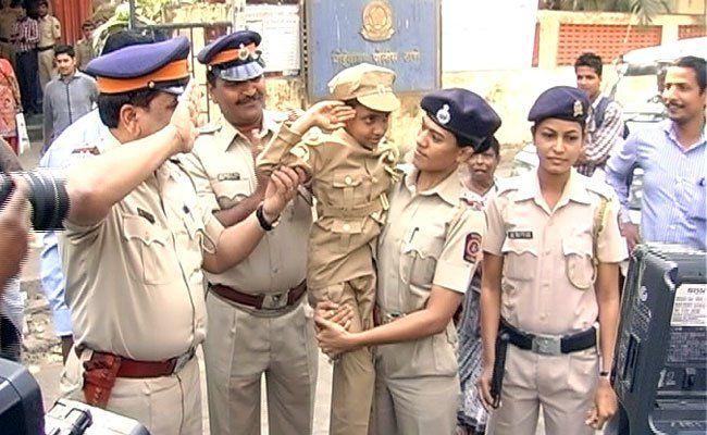मुंबई पुलिस ने सात साल की एक बालिका को कुछ पल के लिए थाना इंचार्ज बनाकर वेलेंटाइन डे के एक दिन पहले अनोखा उपहार दिया।