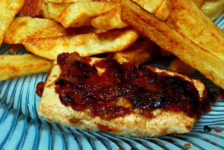 Barbekü sosla marine edilmiş tofu ızgara