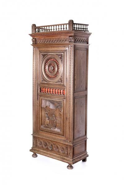 Вертикальный шкаф-комод в бретонском стиле.