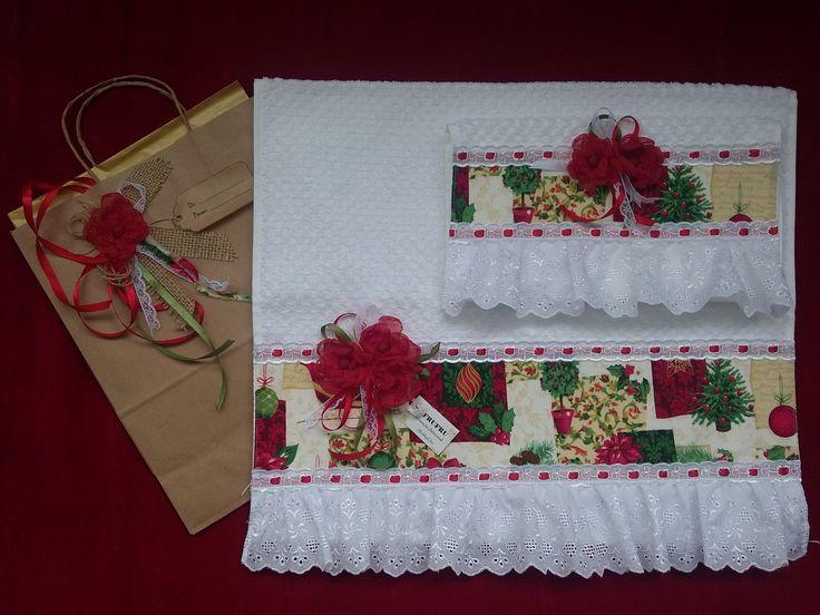 Toalha NATAL Rosto + Lavabo Kit TOALHA de Rosto + Lavabo com barrado motivo NATALINO. Toalha de ROSTO Toalha marca Döhler, tamanho 50x80cm. Barrado motivo NATALINO. Babadinho em bordado inglês branco, com passa fita branco e fita bebê vermelha. Aplique com flores, fitas e rendas. Aplique...