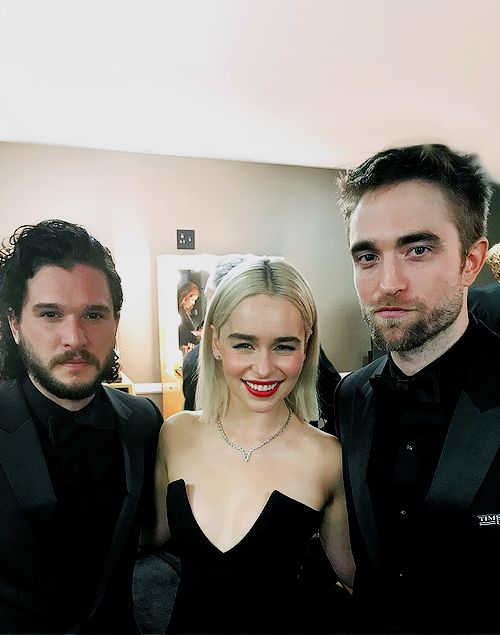 Kit Harrington and Emilia Clarke at the GOLDEN GLOBES 2018. A fan moment for Rob, we know how that feels....