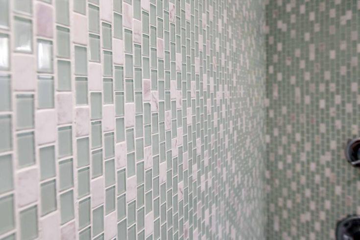 Come si è visto sulla spiaggia a fogli mobili, aggiornamenti includono nuove mattonelle di mosaico di vetro in secondo piano doccia bagno padronale.