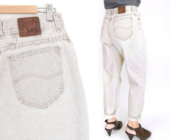 Finales de 1980 / ácido vintage de la década de 1990 tan temprano lavado alta talle Lee mom jeans, con un diseño de 5 bolsillo, altura, asiento suelto, holgado, muslo y piernas afiladas. El dril de algodón fue marrón antes de la colada blanca y aparece tan claro o grisáceo a distancia.  CONDICIÓN: Buena cosecha - algún desgaste en los puños y las costuras. Sin rasgaduras, manchas o agujeros. Todos mis artículos vintage del dril de algodón se lavan en detergente libre antes de que os las ...
