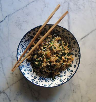 Il topicco: Wok di riso con cavolo nero, cipolla, salsa di soia e anacardi