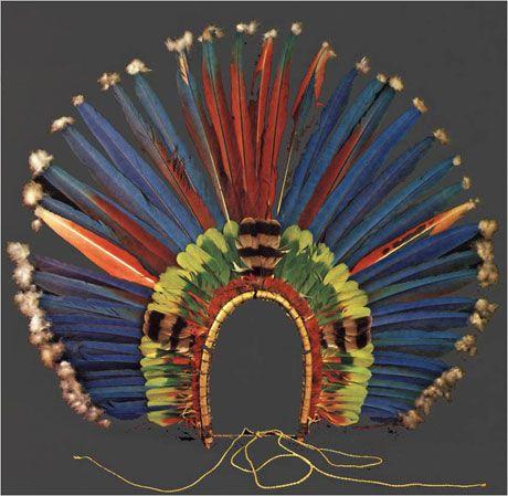 1. Adorno de cabeça confeccionado com penas e us. por diversos povos indígenas. 2. Penacho ou laço us. como adorno na cabeça, no chapéu ou capacete 3. Fita, ger. arrumada com laço ou em forma de roseta, e que se prende à cabeça, à roupa etc., tendo as cores distintivas de um grupo, partido ou nação. 4. Laço no chapéu dos lacaios, com as cores distintivas dos amos. 5. Laço e roseta com que se enfeitam os cavalos. 6. Bras. PI BA Zool. Galinha-d'angola.