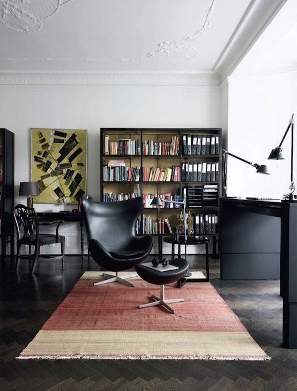 This mid century flavored Copenhagen apartment has some amazing pieces in it along with a coherent color scheme. The black and white color combination runs