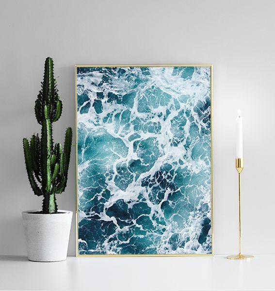 Poster mit schäumenden Meereswogen.