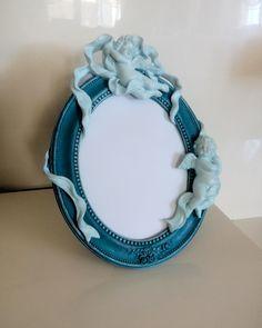 Ev dekorasyon aksesuarlarından en beğenilen ürün olan melek temalı polyester çerçeve. Değişik renklerde siparişlriniz için sitemizi ziyaret edin.  http://mucizeevi.com/urun/melek-temali-polyester-cerceve/