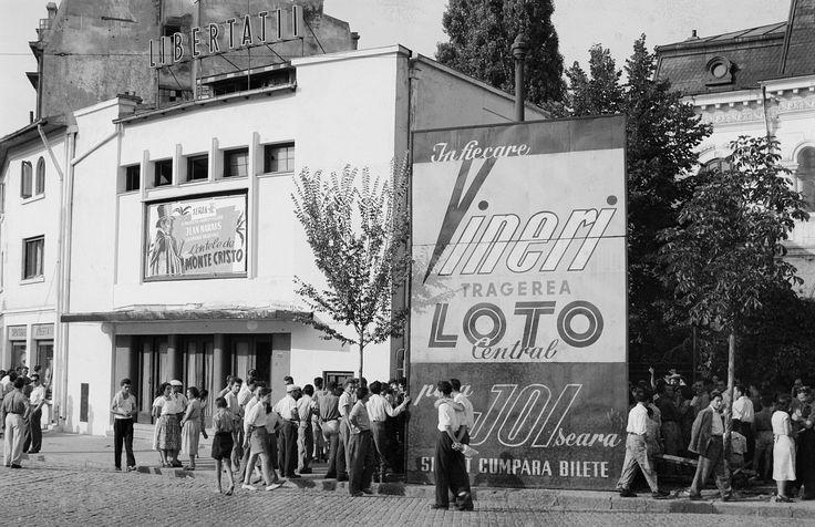 """Cinema Libertății, București, 1956.  La Parcul Carol există o sală de proiecții uitată: Cinema Libertății, care deservea zonele Gramont și Filaret. În 1956, aici rula """"Contele de Monte Cristo"""", iar lumea se îmbulzea. În prezent, aici nu mai rulează absolut nimic. Clădirea se degradează pe zi ce trece."""