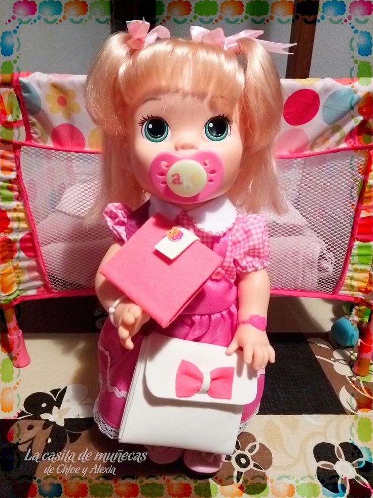 Sara luciendo su nuevo bolso y su agenda. Realizados con fieltro y goma eva. (Baby Alive Snackin' Sara o Sara comiditas divertidas)