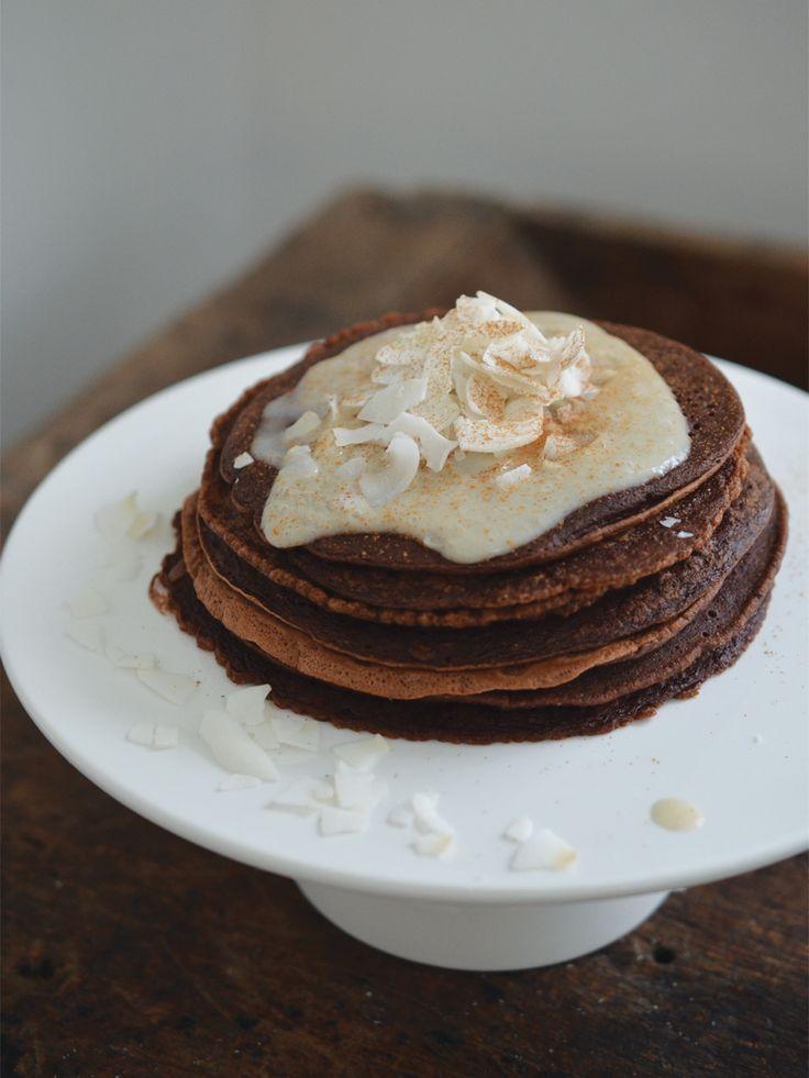 Deze heerlijke comfort chocolate pancakes kan ik op ieder moment van de dag wel eten. Maar het allerlekkerst vind ik ze toch in de ochtend. Heerlijk met een grote eetlepel pindakaas en wat banana-kokosroom. En niet te vergeten: een grote bak koffie met havermelk. Yummmm….