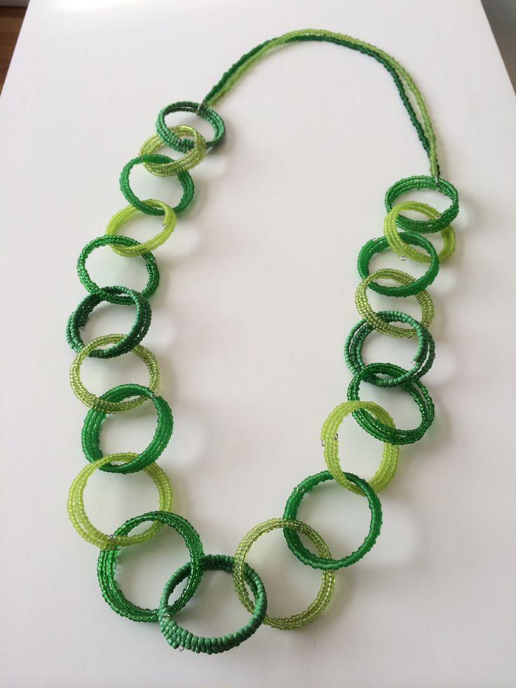 Lange groene ketting met ringen met kleine kraaltjes