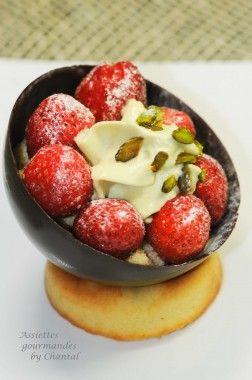 http://www.assiettesgourmandes.fr/2012/10/desserts/sphere-en-chocolat-fraises-espuma-pistache/
