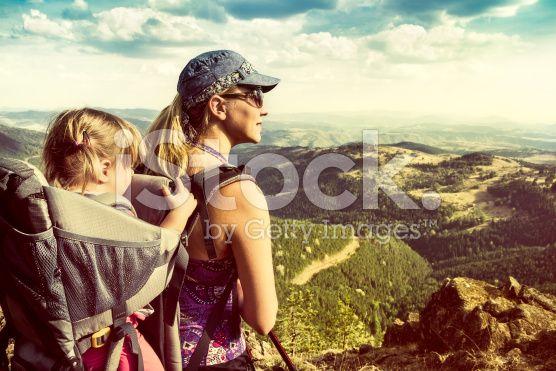 Family hiking in the mountains – lizenzfreie Stock-Fotografie