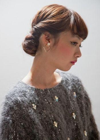 ギブソンタックスタイル。こんなきっちりまとめ髪を合わせればほどよくクラシカルな雰囲気に。
