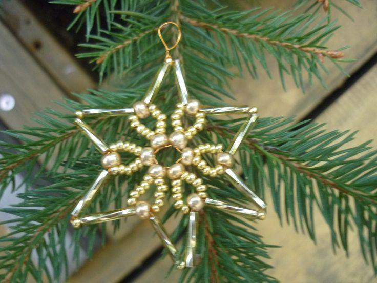 Zlatá hvězdička II - AKCE 3+1 ZDARMA Prodej hvězdičky o průměru 5 cm+ očko na zavěšení. Je vyrobená z korálků zlaté barvy. Ozdoby je možné použít nejen na vánoční stromeček, ale také jako dekoraci na adventní věnec, při balení vánočních dárků, při svátečním prostírání na stůl apod.. Při nákupu 3 ks vánočních ozdob si vyberte čtvrtou dle vlastního ...