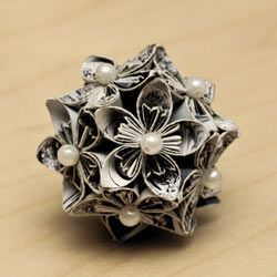See how to make this gorgeous paper ball. It's really easy.
