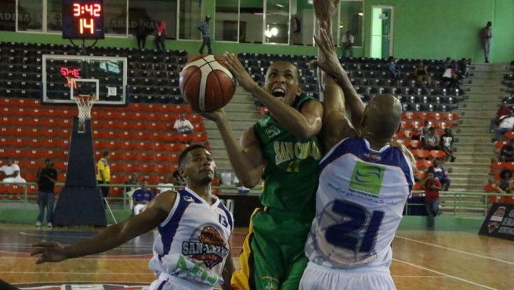 Kelvin Pérez anotó 28 puntos y Erickson Sánchez 19 en el triunfo en tiempo extra del club San Carlos 91 por 89 sobre San Lázaro en la jornada dominical del torneo de Baloncesto Superior del Distrito Nacional.