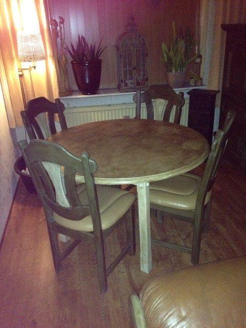 Hierbij de foto van de eethoek,Annie Sloan Olive met Old White  Ik zeg Mooi!!! Groetjes Sheila.  ( p.s kijk naar de stoel :)