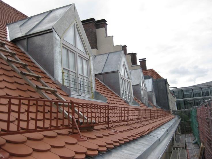 Nahaufnahme eines Dachs mit Biberschwanzdeckung und Dachgauben. Dacharbeiten durch die J. Clauss GmbH Bedachungen in München (80634)   Dachdecker.com