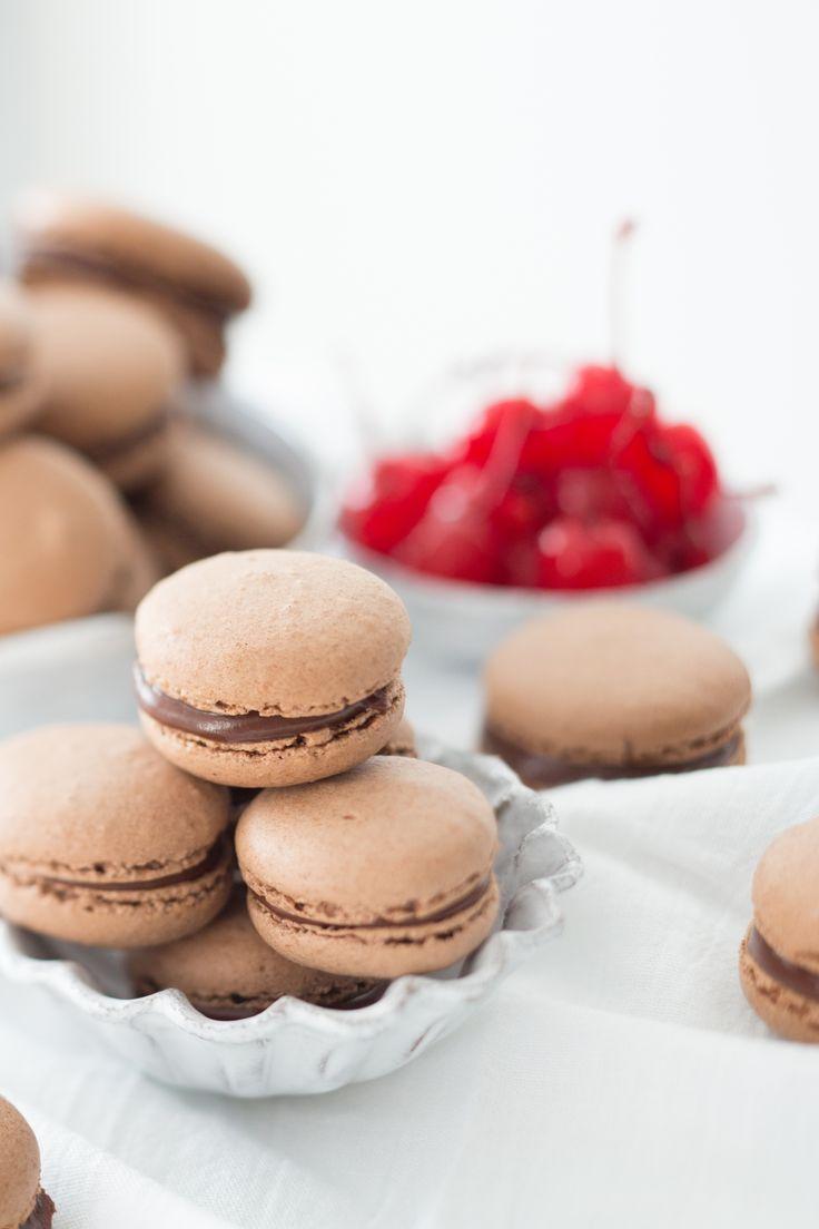 Macaron de chocolate trufado com surpresa de cereja   Vídeos e Receitas de Sobremesas