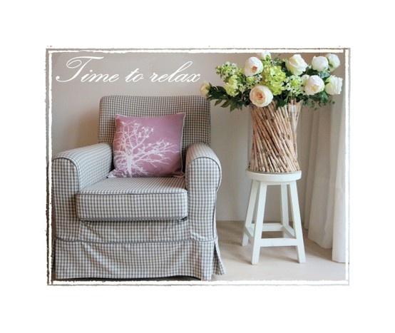 Lieve kleuren. Ik voeg altijd bloemen toe aan de meubels die ik plaats in lege huizen, geeft meteen zoveel sfeer!
