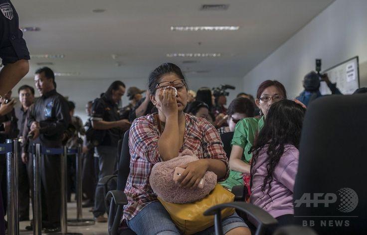 エアアジア(AirAsia)QZ8501便が消息を絶ったことを受けて、インドネシア・スラバヤ(Surabaya)の空港に集まった乗客の家族ら(2014年12月28日撮影)。(c)AFP/Juni KRISWANTO ▼28Dec2014AFP|インドネシア発のエアアジア機が消息絶つ http://www.afpbb.com/articles/-/3035340 #QZ8501