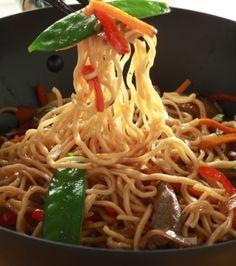 Νουντλς με μοσχάρι, λαχανικά και σάλτσα σόγια | Γιάννης Λουκάκος