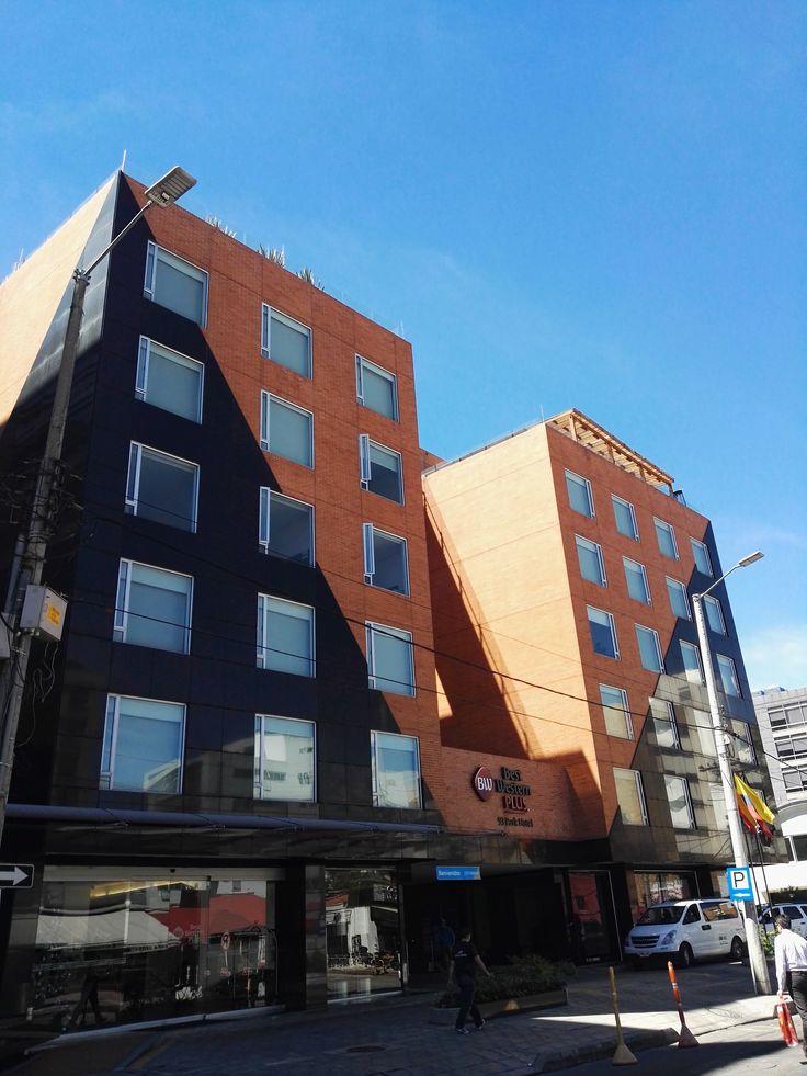 . En Best Western Plus 93 Park hotel se tiene una tarifa promedio de 255 mil pesos por habitación noche con desayuno tipo buffet incluido. 95 habitaciones insonorizadas, wifi gratis, gimnasio, terraza bar y restaurante entre las características del hotel.