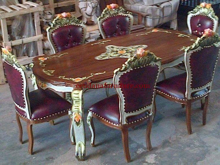 Meja Makan Jati Busa Mawar terbuat dari kayu jati dengan design klasik, meja makan dengan bantalan busa empuk berhias ukiran bermotif yang cantik.