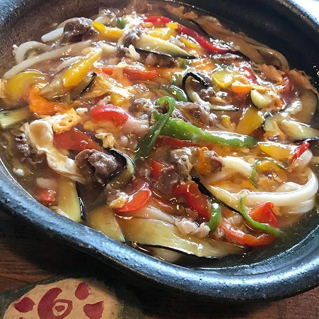 2017.06.02 . まかない… . 肉と野菜のとじぶっかけうどん . ごちそうさまでした☺️ . .  #釜あげうどん楽#楽#釜あげ#うどん#うどん屋#udon #肉と野菜のとじぶっかけうどん#肉#野菜#ピーマン#パプリカ#しいたけ#たまご#egg #とじ#しょうが#にんにく#ぶっかけ#ぶっかけうどん#ランチ#lunch #昼ごはん#ごちそうさまでした#osaka
