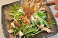 いちばん丁寧な和食レシピサイト、白ごはん.comの『水菜と鶏ささみの和風サラダ』の作り方を紹介しているレシピページです。水菜の料理の中でも人気の水菜サラダ、少し和風に鶏のささみと椎茸を入れ、ごま油をきかせつつ、さらに煎りごまもたっぷりのドレッシングで仕上げます!