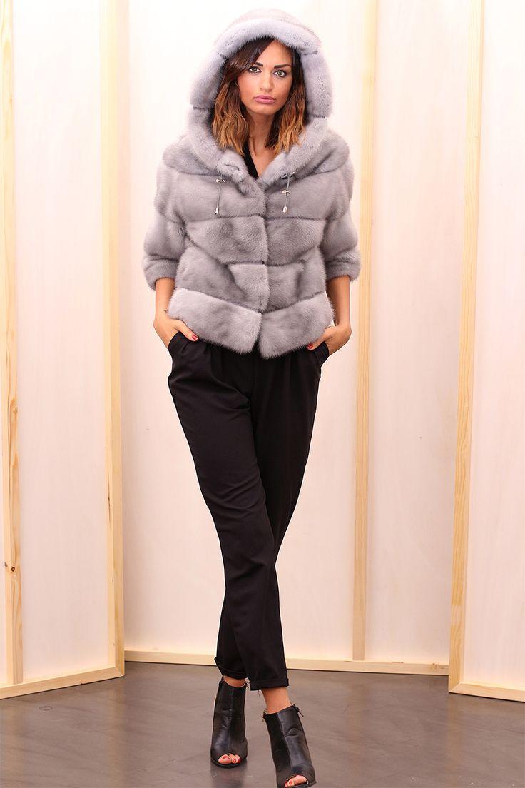 Sapphire Female Mink Fur Jacket with hooks and button at the collar. Giacca di Visone Femmina Zaffiro con gancetti e bottone al collo. #elsafur #fur #furs #furcoat #jacket #giacca #peliccia #pellicce