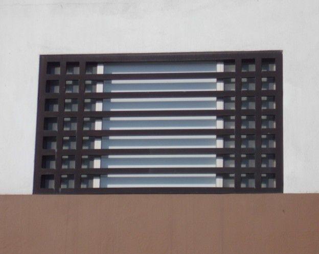 Fotografía de diseño de rejas horizontales con perfiles cuadrados para ventanas modernas