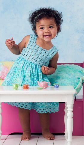 Sød sommerkjole med hæklet bærestykke og blondekant til småpiger | Find mange skønne hækle- og strikkeopskrifter til børntøj | Håndarbejde