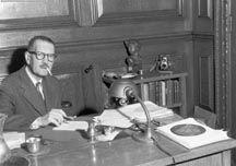 Gérard Morisset (1898-1970) Né le 11 décembre 1898 à Cap-Santé, décédé en 1970, Gérard Morisset a été pendant près d'un demi-siècle l'une des plus grandes figures du domaine culturel du Québec. Notaire de formation, il se détourna rapidement de cette profession pour se consacrer exclusivement à la découverte du patrimoine québécois. Photo : BAnQ #PrixduQuebec