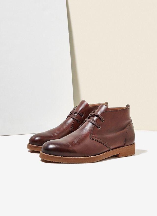 Botín con silueta Desert Boot - de inspiración militar- en piel bovina. Corte al tobillo, cierre de cordones a tono y suela de goma, cómoda y flexible.