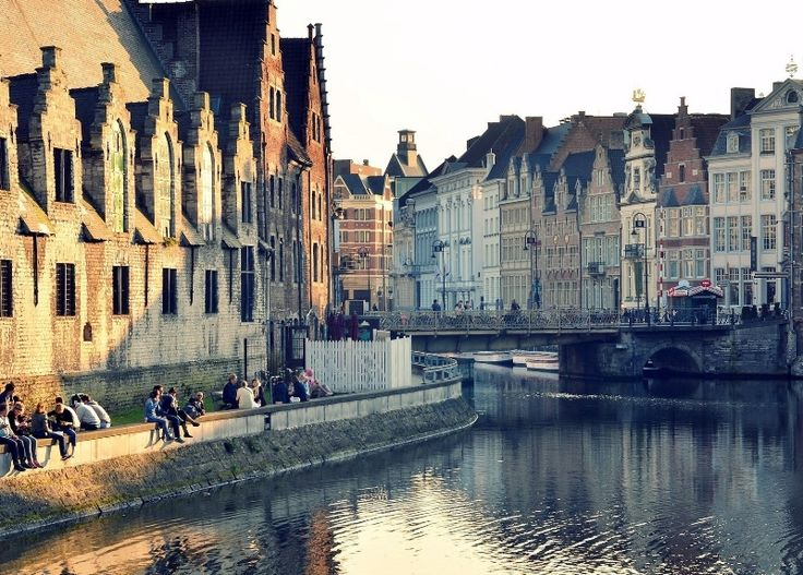 Достопримечательности Нидерландов, ради которых стоит посетить страну  Голландия – это одна из самых живописных стран Западной Европы. Лишь только переехав границу с этой страной, ты можешь увидеть необычайную природу, тюльпановые поля, древние города с ветряными мельницами, повстречать забавных голландцев в клумпиках и фартуках, встретить на лугах домашних и диких животных одновременно, попробовать вкуснейших сыр на планете…