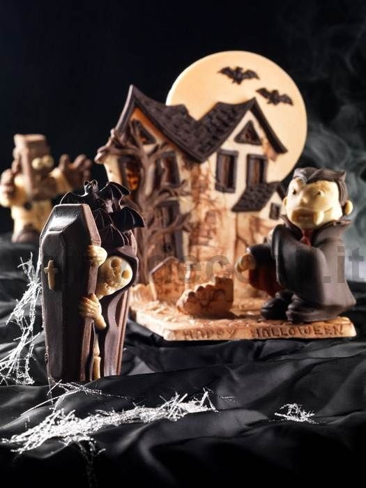 Chocolate Hunted House made by moulds for chocolate decosil. www.decosil.eu #halloween #chocolate