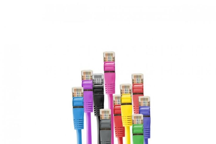 viele bunte Netzwerkkabel für die Hauselektronik