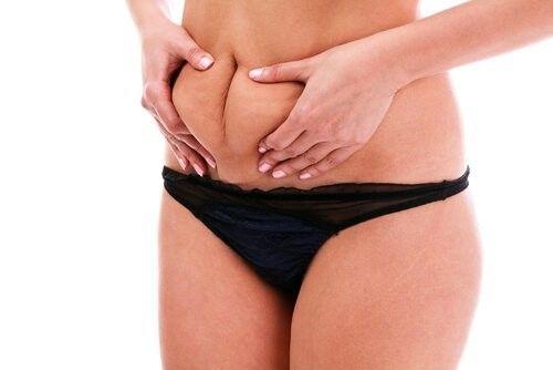 Det kan være svært at komme af med de sidste irriterende deller på maven, men med den rigtige ernæring og vaner er det muligt.