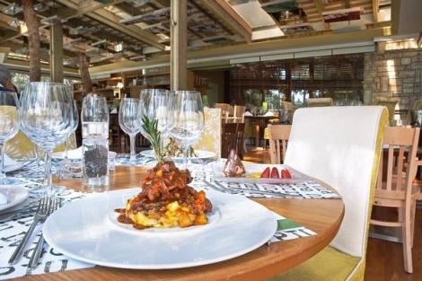 """Αυτή την Πέμπτη, 25 Οκτωβρίου, στα τραπέζια του Εστιατορίου – και όχι στη λίμνη του """"Piu Verde"""" – θα «παρελάσει» η σειρά «Κύκνος» από την «Ελληνικά Κελλάρια Οίνων Α.Ε.», προσφέροντάς σας εντελώς Δωρεάν μία φιάλη «Λευκός Κύκνος» Μοσχοφίλερο ή «Μαύρος Κύκνος» Αγιωργίτικο με κάθε παραγγελία δύο κυρίως πιάτων."""