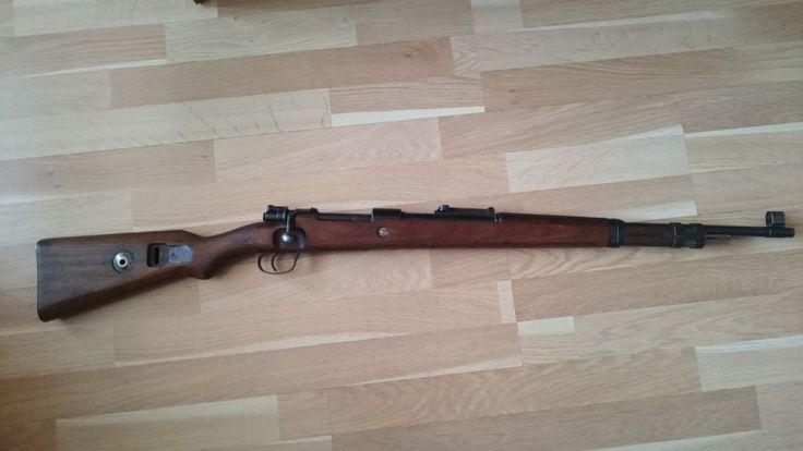 Mauser 98k - Puška není sčíslovaná, ale má celkový vzhled zbraně vyrobené v roce 1939 (plochá botka, pažba z laminátu, tunelový kryt mušky, objímka ve tvaru H). Vývrt je ostrý a pěkný. Žádná skrytá vada. Zbraň na ZP.https://s3.eu-central-1.amazonaws.com/data.huntingbazar.com/7349-mauser-98k-historicke-zbrane.jpg