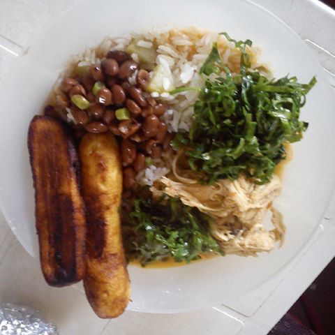 Arroz, feijão , peito de frango cozido, couve e banana frita,
