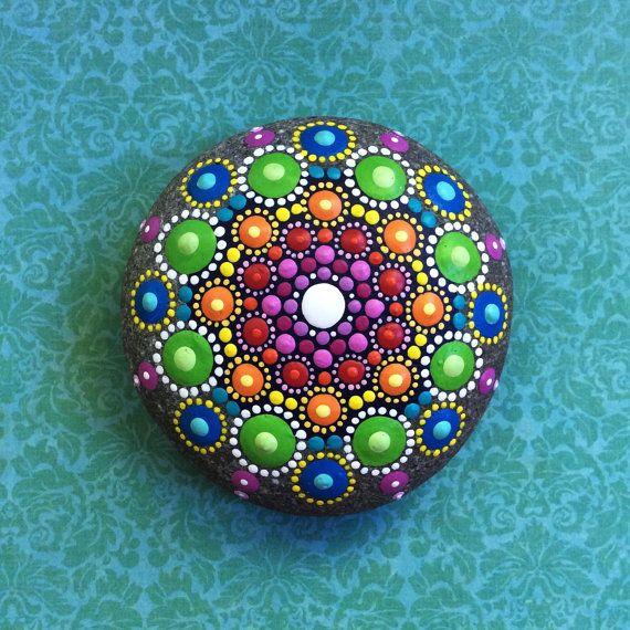 Joya la gota Mandala pintado piedra arco iris de por ElspethMcLean